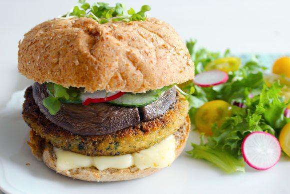 Burger au steak de tofu, basilic, épinards & champignon portobello