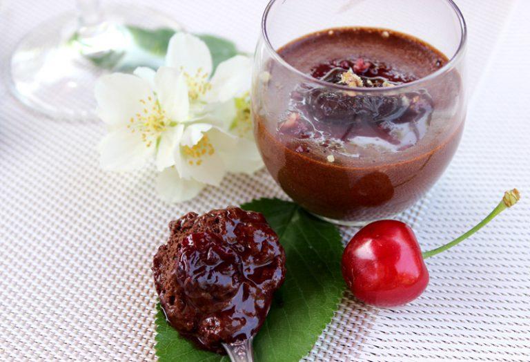 Mousse au chocolat au piment d'Espelette et compotée de cerises