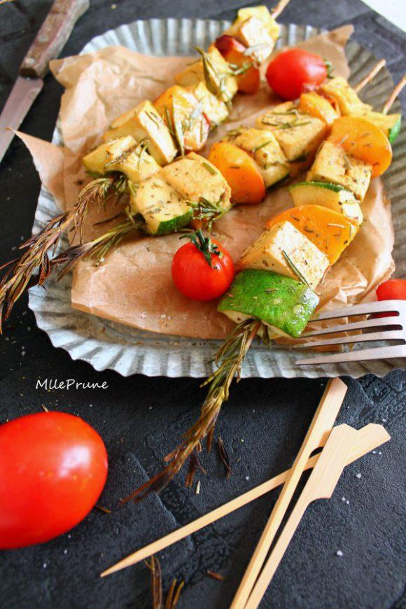 Brochettes de romarin : tofu, pêches et curry