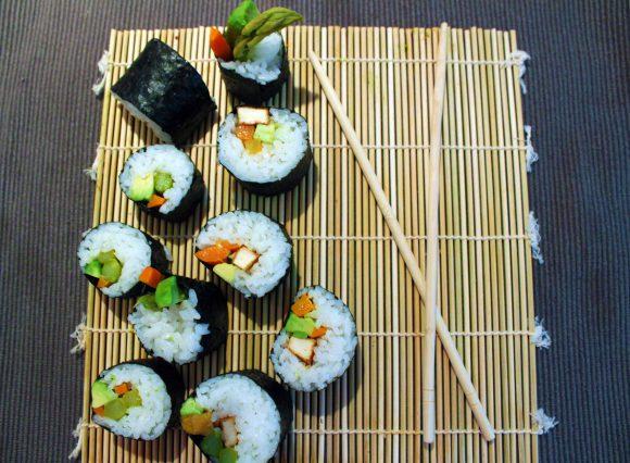 Futo-maki végétaliens avocat, asperge, carotte et tofu frit