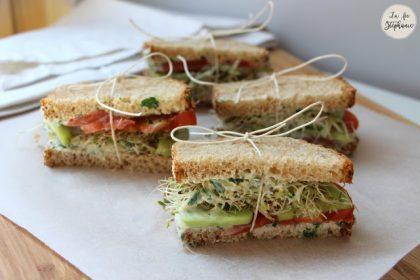 Petits sandwichs, sauce blanche aux herbes