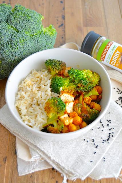 Bol épicé au riz, tofu, brocoli et pois chiches grillés