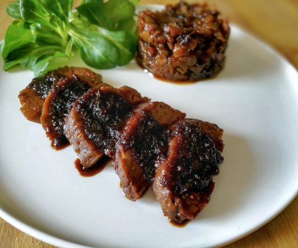 Magret de seitan sauce balsamique et fondue de pommes
