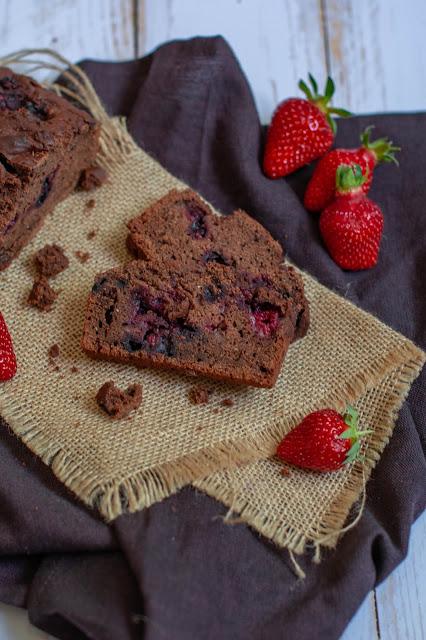 Cake vegan et sans gluten au chocolat et fruits rouges