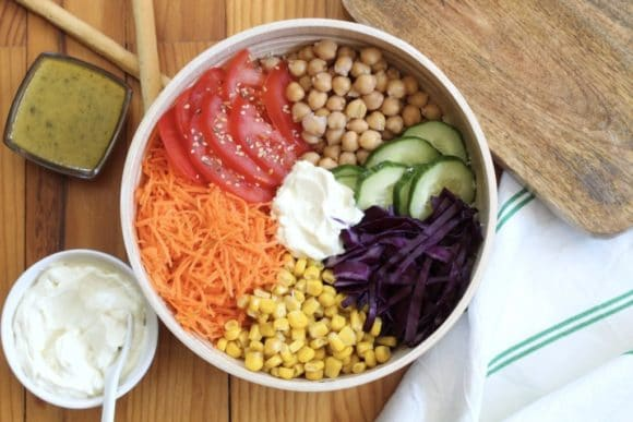 Buddha bowl aux tomates, concombres, pois chiches